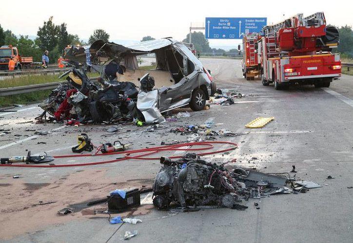 Hasta hora, sólo tres de las víctimas del mortal choque entre tres unidades de transporte, en Alemania, han sido identificadas. (AP)