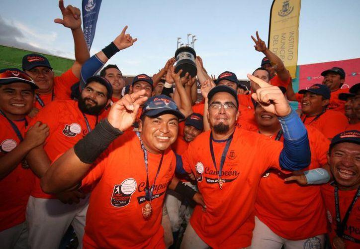 El equipo Senadores de la Morelos, con el trofeo de campeón de la Liga Meridana 2014-2015. (Milenio Novedades)