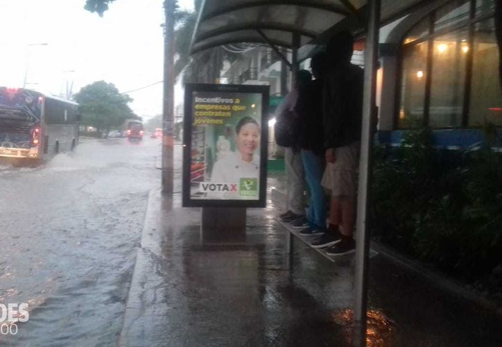 Desde las primeras horas del día, se han registrado fuertes lluvias en la ciudad. (Paola Chiomante/ SIPSE)