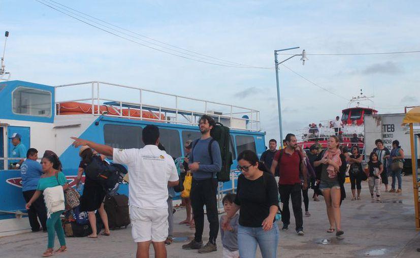 Los vacacionistas aprovechan la visita para disfrutar de las bellezas naturales de la isla. (Raúl Balam/SIPSE)