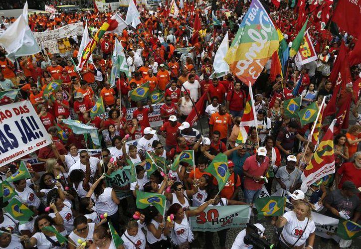 Los asistentes a las marchas pidieron que se castigue a los responsables del mayor escándalo en Petrobras. (AP)