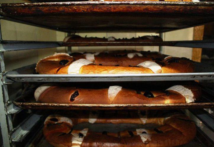En la panadería Tres Reyes esperan vender más de 100 roscas por el Día de Reyes. (Octavio Martínez/SIPSE)