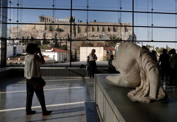 Grecia cuenta con uno de los acervos arqueológicos más fascinantes del planeta. En la imagen, una vista de La Acrópolis desde el Museo de Atenas. (AP)
