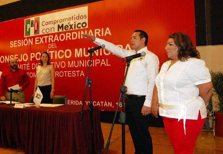Jorge Sobrino Argáez rindió protesta ayer como presidente de CDM de PRI en Mérida ante miles de priistas. (Wilberth Argüelles/SIPSE)