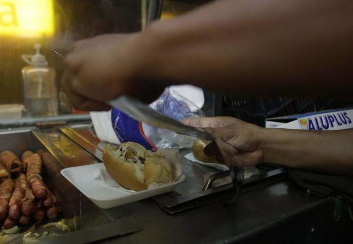 """Un grupo de emprendedores se dedican a la venta de los """"jocho-burgers"""". (Harold Alcocer/SIPSE)"""