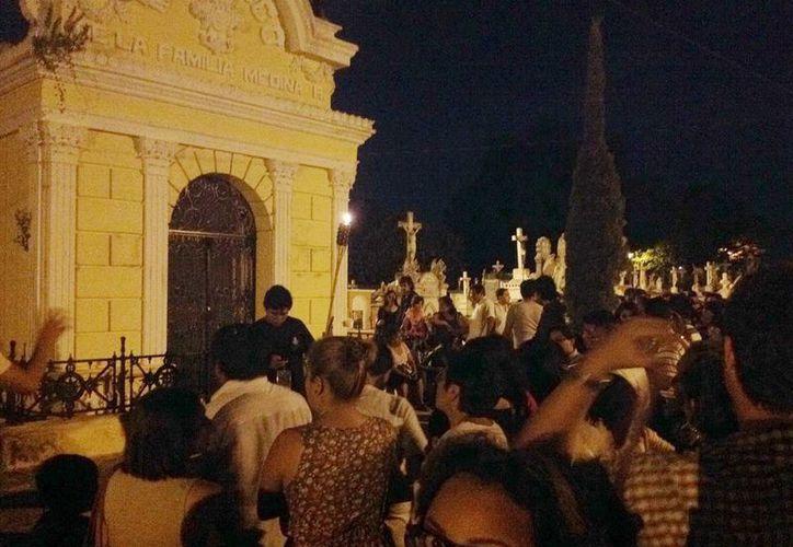 La gente disfrutó la velada cultural en el Cementerio General. (Milenio Novedades)