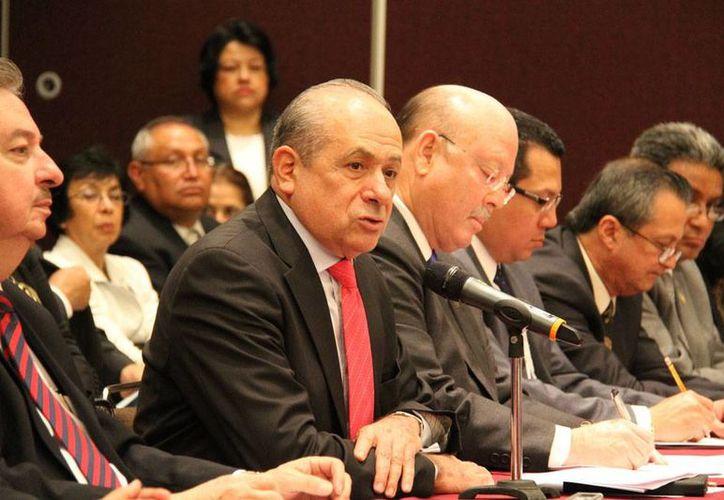 Enrique Fernandez Fassnacht (al micrófono) es el nuevo director del Instituto Politécnico Nacional (IPN), nombramiento que fue cuestionado por los alumnos que forman parte de de la Asamblea General Politécnica (AGP). (uv.mx)