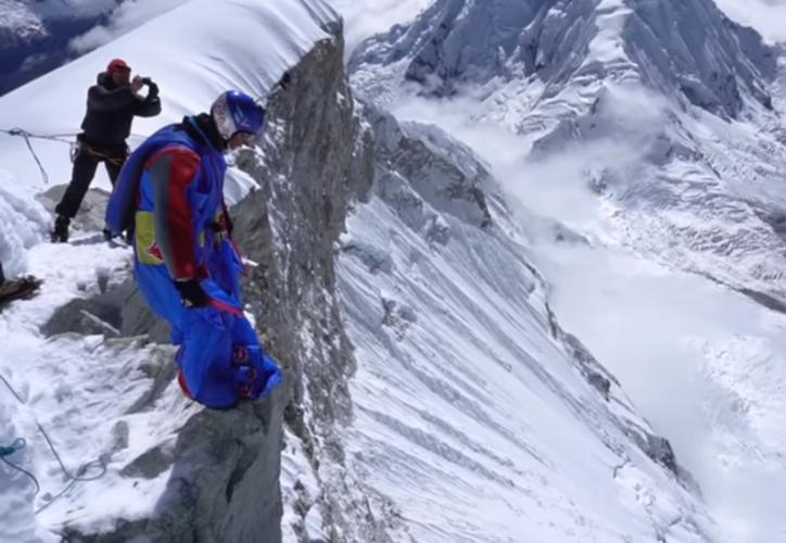 Para superar este reto, este pionero de saltos extremos desde lugares insólitos completó una peligrosa y difícil expedición de cinco días. (Foto: Captura del video)