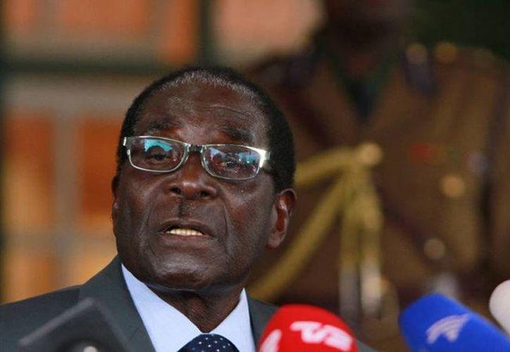 Robert Mugabe ironizó sobre la legalización del matrimonio gay en EU y pide la mano a Barack Obama. (Archivo/AP)