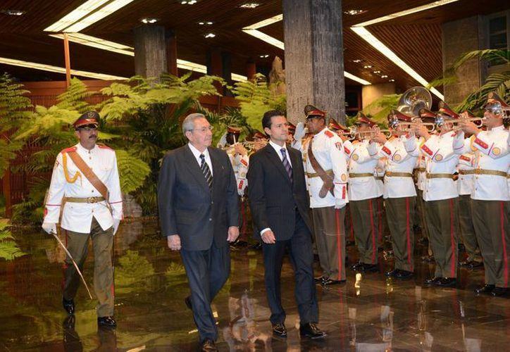 Con la visita de Peña Nieto (d) a Cuba el pasado enero, ambos países iniciaron una etapa de mayor cooperación después de años en los que las relaciones se habían enfriado. (Archivo Notimex)