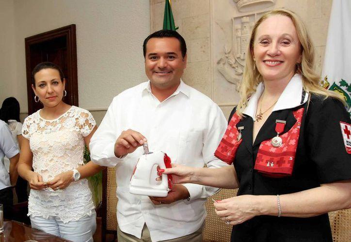 La presidenta del DIF Mérida, Diana Castillo de Barrera; el alcalde Renán Barrera Concha, y la delegada de la Cruz Roja en Yucatán, Michelle Byrne de Rodriguez. (Cortesía)