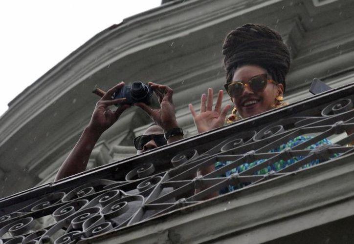 Jay-Z y Beyoncé se asoman al balcón de su habitación en el Hotel Saratoga de La Habana. (EFE)