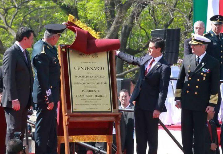 El presidente Enrique Peña Nieto y el titular de la Sedena, Salvador Cienfuegos, al develar la placa conmemorativa. (Notimex)