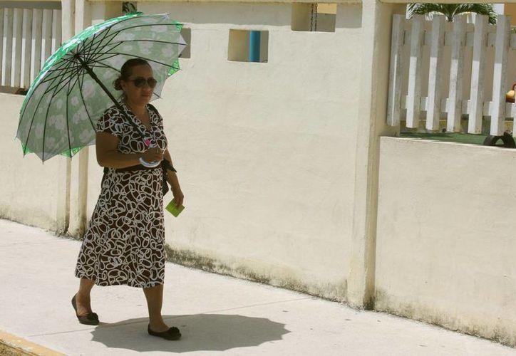 Este fin de semana se esperan temperaturas máximas de hasta 40 grados; recomiendan cubrirse del sol. (Daniel Pacheco/SIPSE)