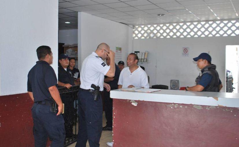 Los cuatro elementos investigados por el robo de un celular y dinero en efectivo a un detenido, pagaron ayer los daños al denunciante.  (Archivo/SIPSE)