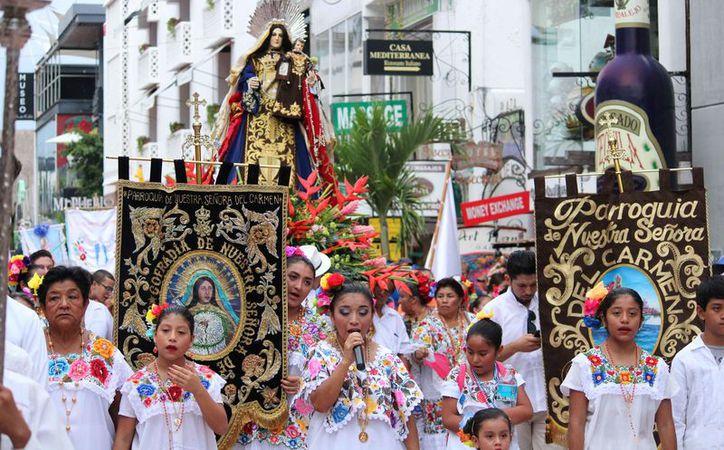Durante el recorrido los feligreses realizaron cánticos religiosos. (Octavio Martínez/SIPSE)