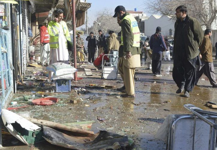 La policía inspecciona el lugar donde se ha producido una explosión, cerca del principal centro contra la polio en la ciudad de Quetta, en el oeste de Pakistán. (EFE)