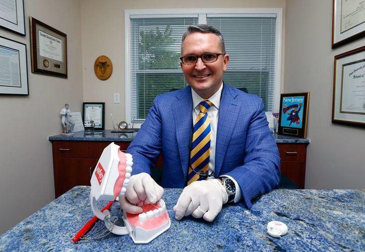 Wayne Aldredge, presidente de la American Academy of Periodontology, la evidencia científica de la eficacia del hilo dental es débil. (AP)