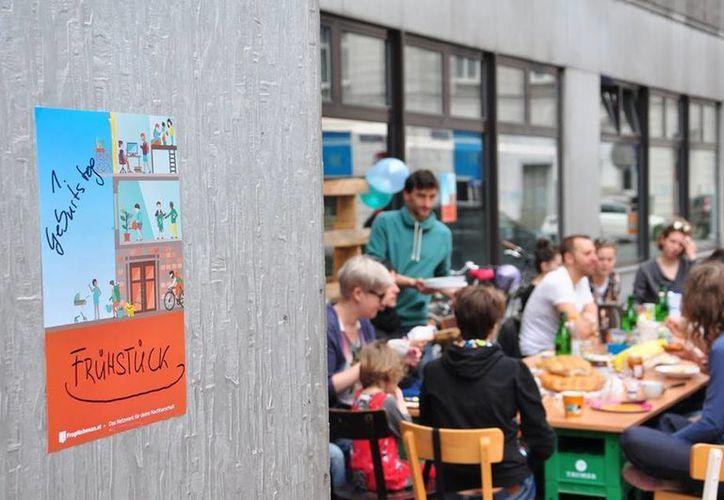 Los usuarios de Frag Nebenan en Viena, capital austriaca, se ofrecen ayuda mutua. Algunas veces logran reunirse a convivir. (fragnebenan.com)