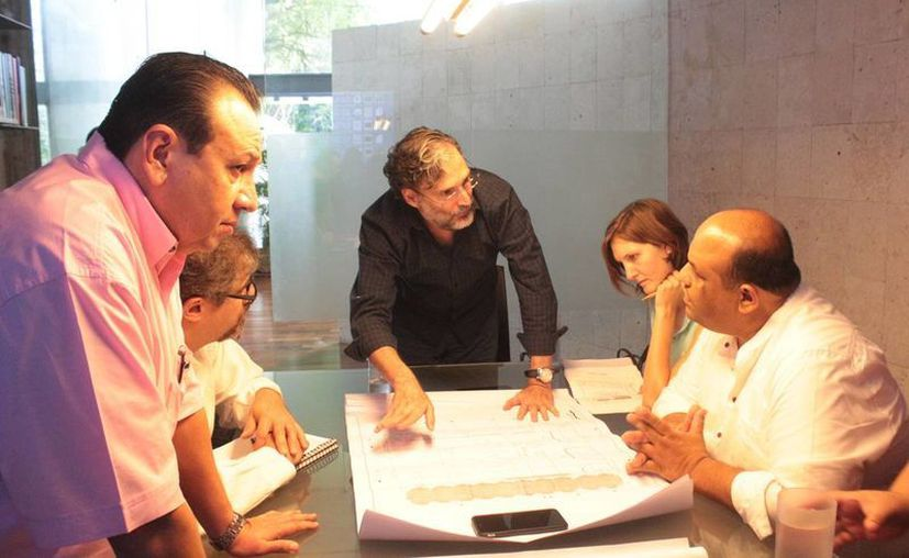 Especialistas trabajan en conjunto sobre el proyecto del Palacio de la Música. A la izquierda, Roger Metri, titular de Sedeculta, con autoridades de Cultura federales. (Fotos cortesía del Gobierno estatal)