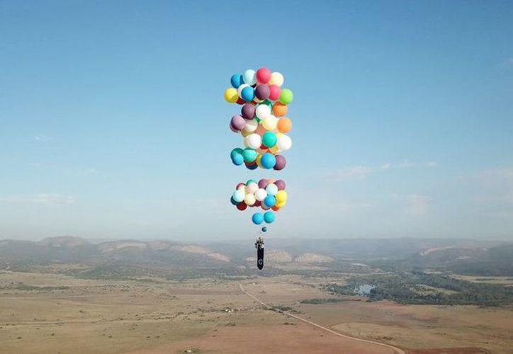 El británico aventurero pasó dos días inflando los globos con helio que iba atando a la silla. (Foto: Twitter)