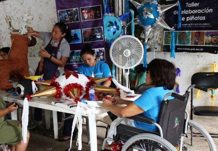 La actividad manufacturera de las mujeres en el estado es, principalmente, de ropa, pan, tortillas de harina o maíz, piñatas, artesanía, entre otros artículos. (Joel Zamora/SIPSE)