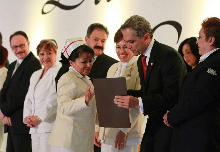 El jefe de Gobierno del DF, Miguel Ángel Mancera, encabezó ayer la ceremonia por el Día de la Enfermera. (Notimex)