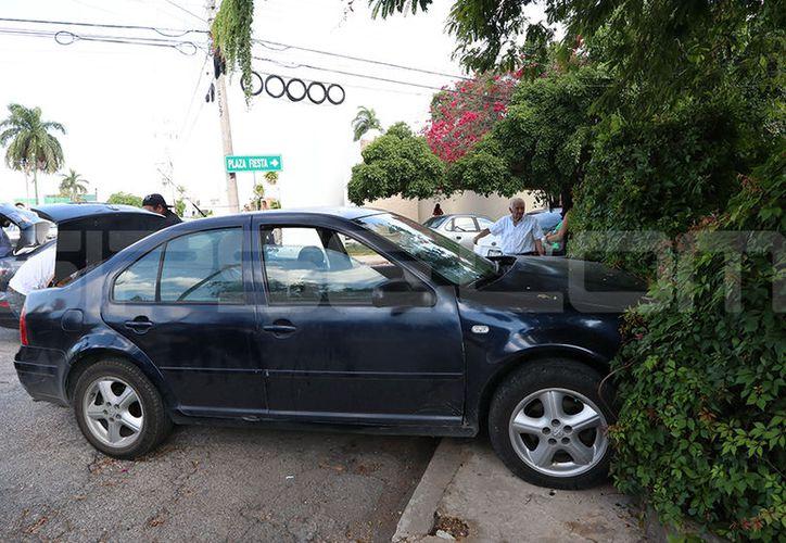 Un Jetta chocó con una camioneta y luego se proyectó contra un muro. (SIPSE)