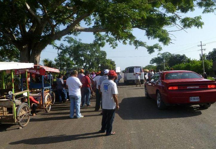 Los campesinos cerraron la carretera por espacio de tiempo interrumpido. (Raúl Balam/SIPSE)
