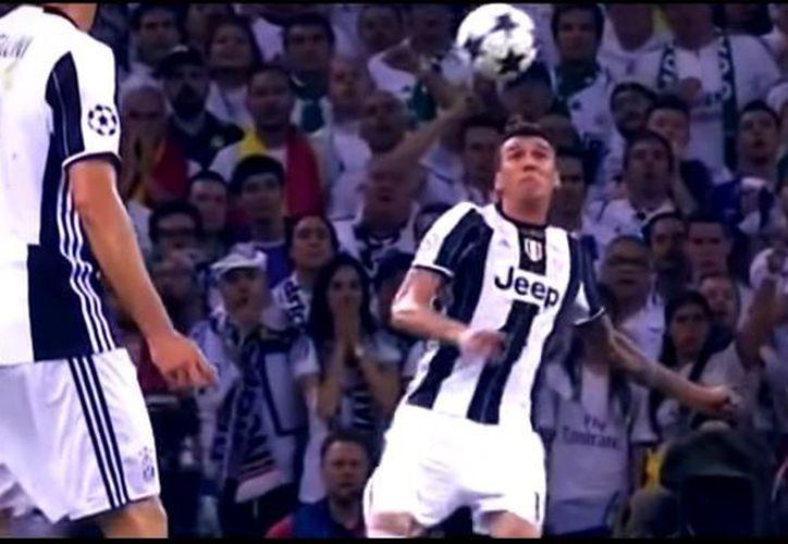 La chilena del jugador le valió ser el más votado por los aficionados a través de la página web de la UEFA. (Foto: YouTube)