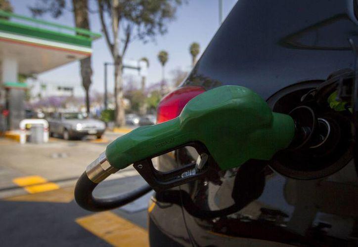El precio máximo fijado desde inicio del año es de 13.57 pesos el litro de Magna, de 14.38 el de Premium, y de 14.20 el Diesel, un aumento del 1.9 por ciento. (Archivo/Notimex)