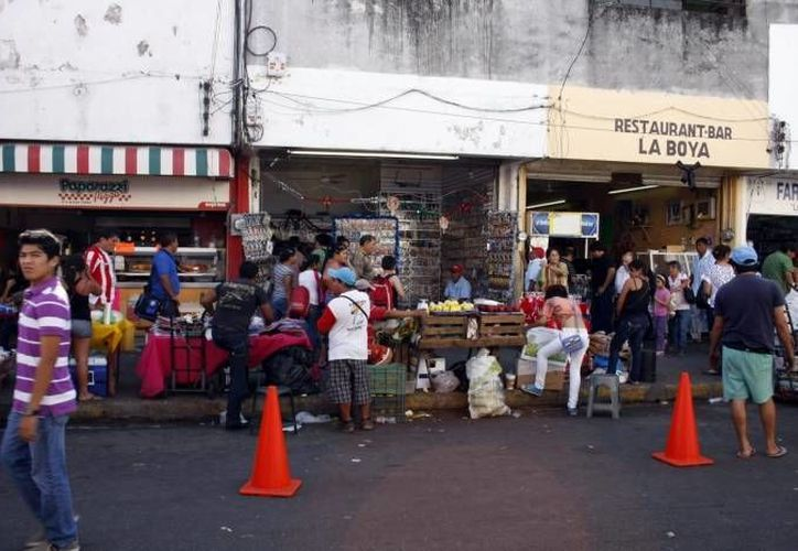 El titular de la Canaco, José Manuel López Campos, señala que además de los vendedores informales del Centro Histórico, habría que reubicar ar los más de 4 mil 500 que laboran en los tianguis. (SIPSE)