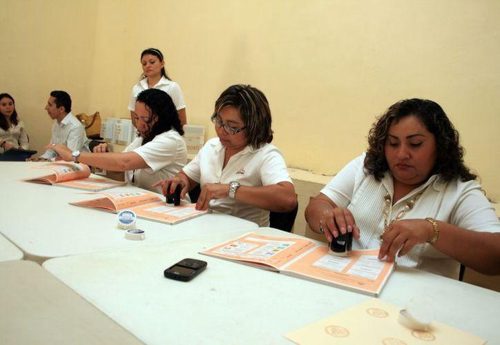 El sellado de las boletas para la elección extraordinaria. (Guadalupe Adrián/SIPSE)