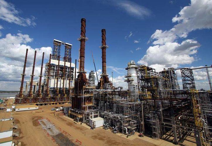 Ante los bajos precios del petróleo, Canadian Natural Resources Limited, cuyas instalaciones aparecen en la imagen, anunció que recortará sus gastos. (pcl.com)
