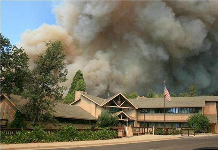 Se estima que para el fin de semana el incendio estará controlado. (Archivo/AP)