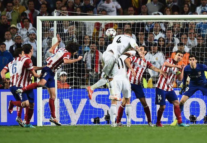Atlético quiere cobrar venganza, este sábado, en la final de la Champions League ante Real Madrid. En la foto, el remate de Sergio Ramos que culminó en gol en la Final de 2014. (AP)