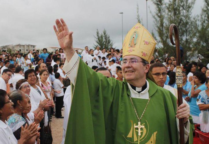 El nuncio apostólico en México, Christophe Pierre, bendice a los católicos que se dieron cita en la Iglesia Santa María del Mar. (Israel Leal/SIPSE)
