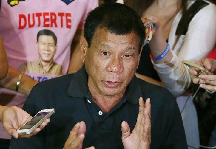 Rodrigo Duterte, presidente electo de Filipinas, dijo que quienes lo ayuden en la sangrienta guerra contra la delincuencia serán recompensados. (AP)