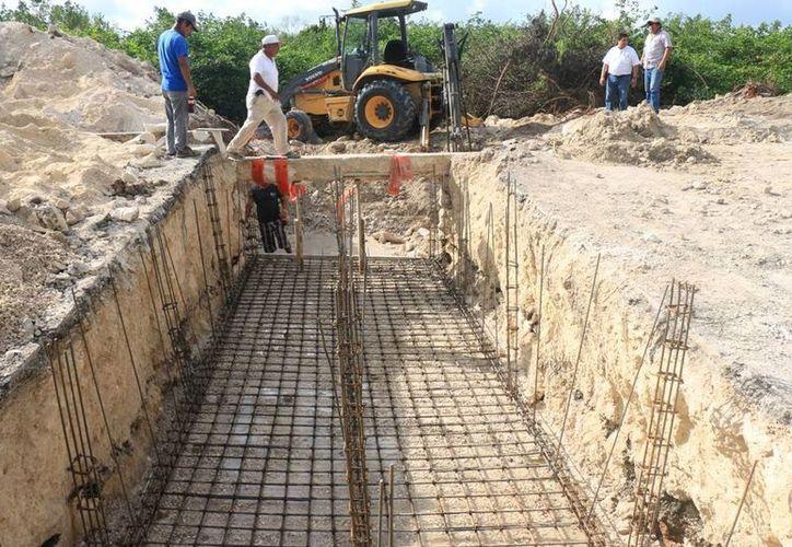 Autoridades municipales y de CAPA realizaron un recorrido por la zona de obras de drenaje pluvial para supervisar los avances. (Redacción/SIPSE)