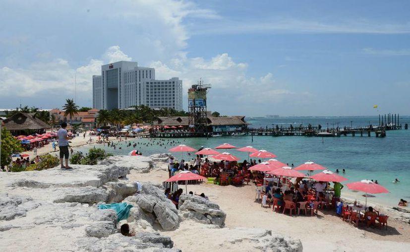 Los turistas disfrutan de la temporada de verano. (Victoria González/SIPSE)