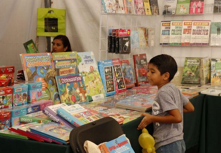 Libros a precios accesibles y de diferentes títulos, en la Feria Municipal. (José Acosta/Milenio Novedades)