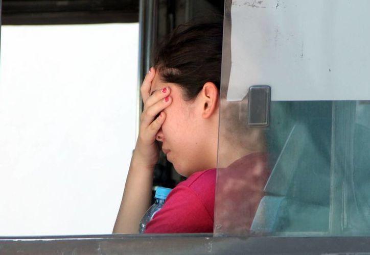 Se busca que Yucatán cuente con una ley integral en materia de salud mental, que busque crear estrategias para prevenir depresión y suicidios en adolescentes. Imagen de una joven con la mano en la cara, en un autobús de pasajeros. (Archivo/SIPSE)