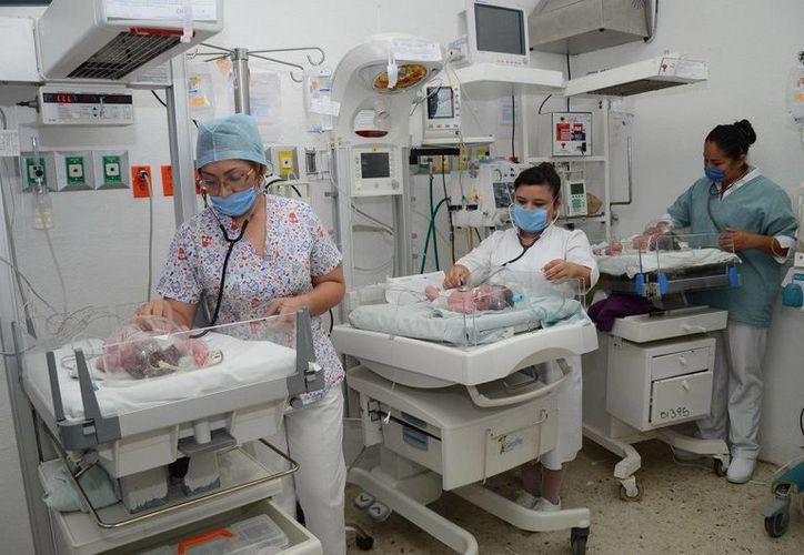 Brisa Verónica Santos Ávila de 33 años  dio a luz dos varones y una niña. (Redacción/SIPSE)