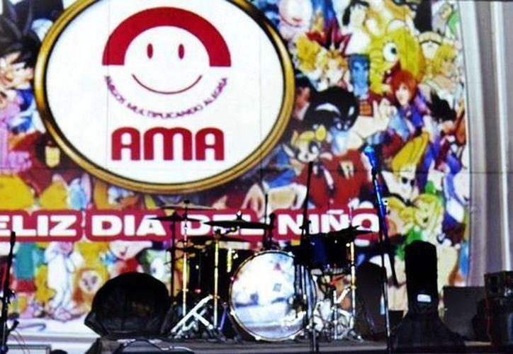 Fue una noche de sorpresas, pues además de las bandas que participaron en el concierto, se repartieron dulces de antaño y hubo karaoke de canciones infantiles. (SIPSE)