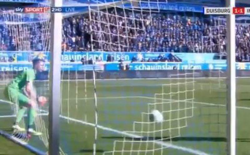 Insólito error de un arquero en el fútbol alemán