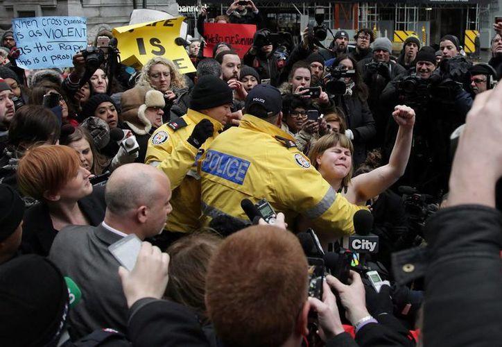 En varias ciudades canadienses se registraron multitudinarias protestas tras la absolución de un hombre acusado por abuso sexual. (AP)