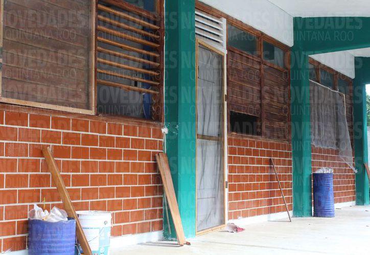Los sujetos rompieron puertas y ventanas para ingresar a los salones. (Ivette Ycos/SIPSE)