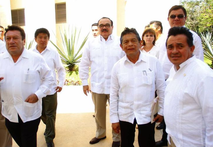 El titular de la Sedatu, Jorge Carlos Ramírez (de lentes tercero a la izq.), dijo que Mérida es zona segura. (Juan Albornoz/SIPSE)
