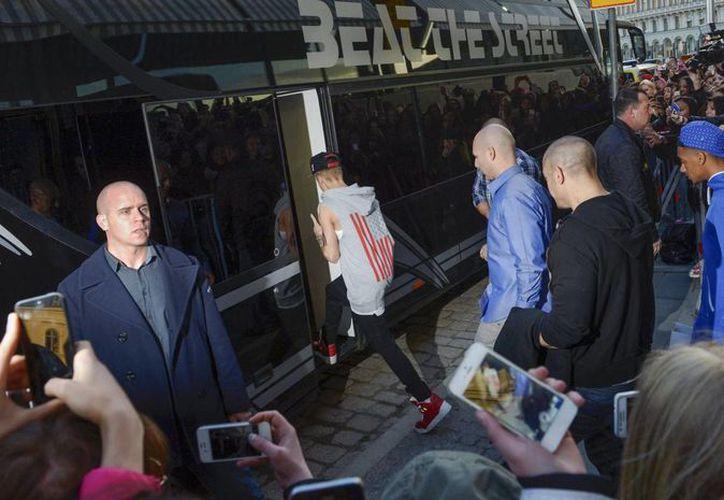 El cantante aborda el autobús de su gira, a las afueras de un hotel en Estocolmo, el pasado 23 de abril. (Agencias/Archivo)