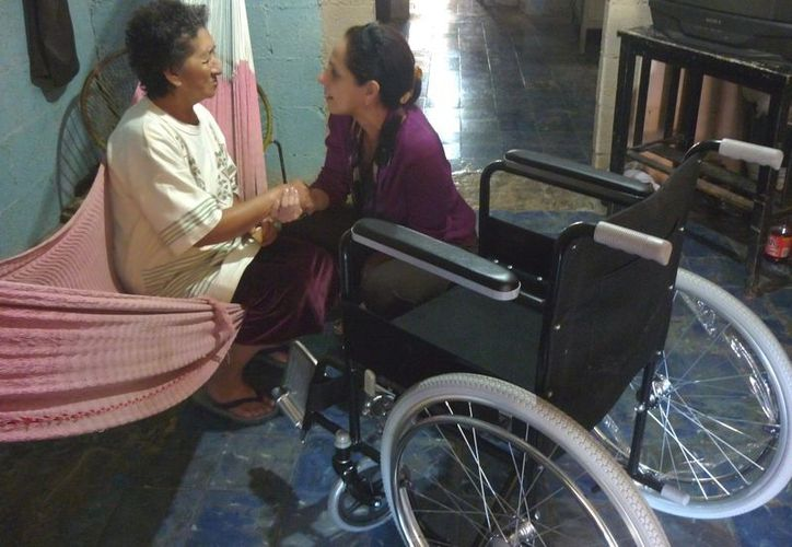 Las sillas de ruedas fueron un  inesperado, aunque ansiado regalo de Navidad de parte del DIF Municipal. (Cortesía)